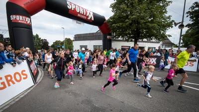 822 Mädchen, Buben und Erwachsene starteten am City-Run. (Bild: Reto Martin)