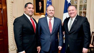 T. Ulrich Brechbühl (Mitte) ist ein langjähriger Wegbegleiter von Aussenminister Mike Pompeo (rechts). (Bild: State Dep.)
