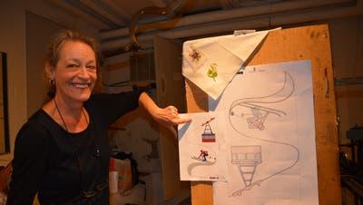 Helen Moser, vom Alpinen Museum der Schweiz, und einer ihrer Mitarbeiter haben das Stickmotiv entworfen. (Bild: Zita Meienhofer)
