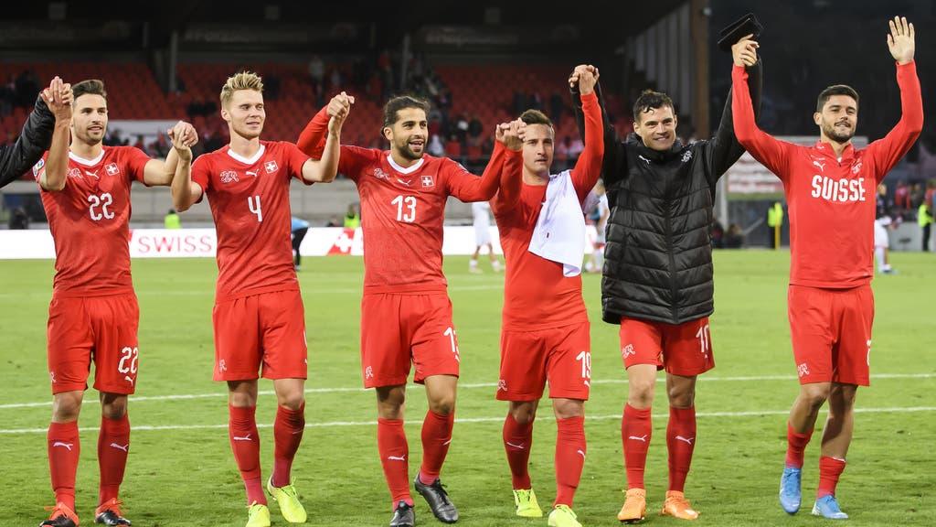 Die Schweizer feiern mit ihren Fans den Pflichtsieg über Gibraltar. (Bild: Keystone)