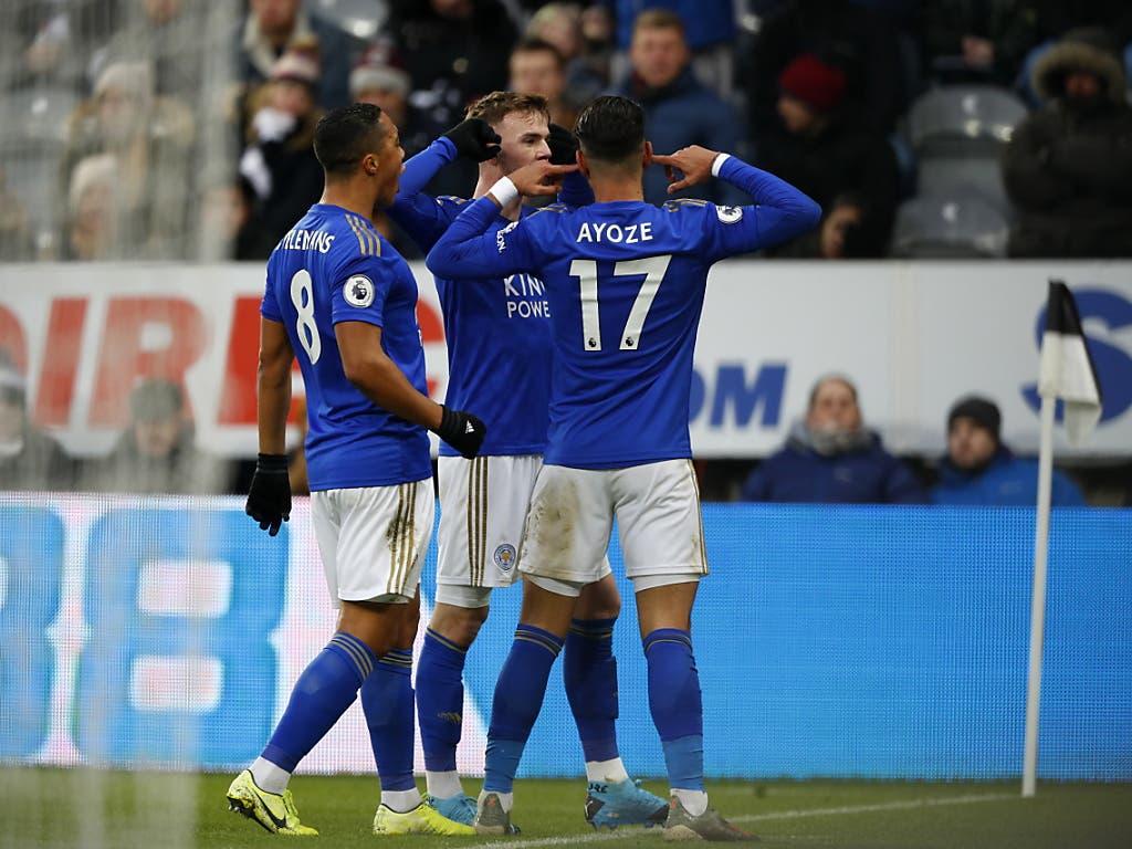 Leicesters Ayoze Perez (Nummer 17)) lässt sich für sein Führungstor in Newcastle feiern