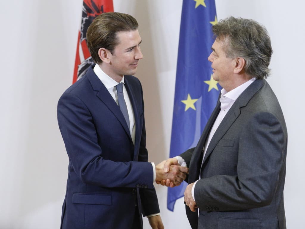 ÖVP-Chef Sebastian Kurz (l) und der Chef der Grünen, Werner Kogler (r) schütteln sich die Hände während eines Auftritts vor der Presse nach der Einigung auf ein Regierungsprogramm.