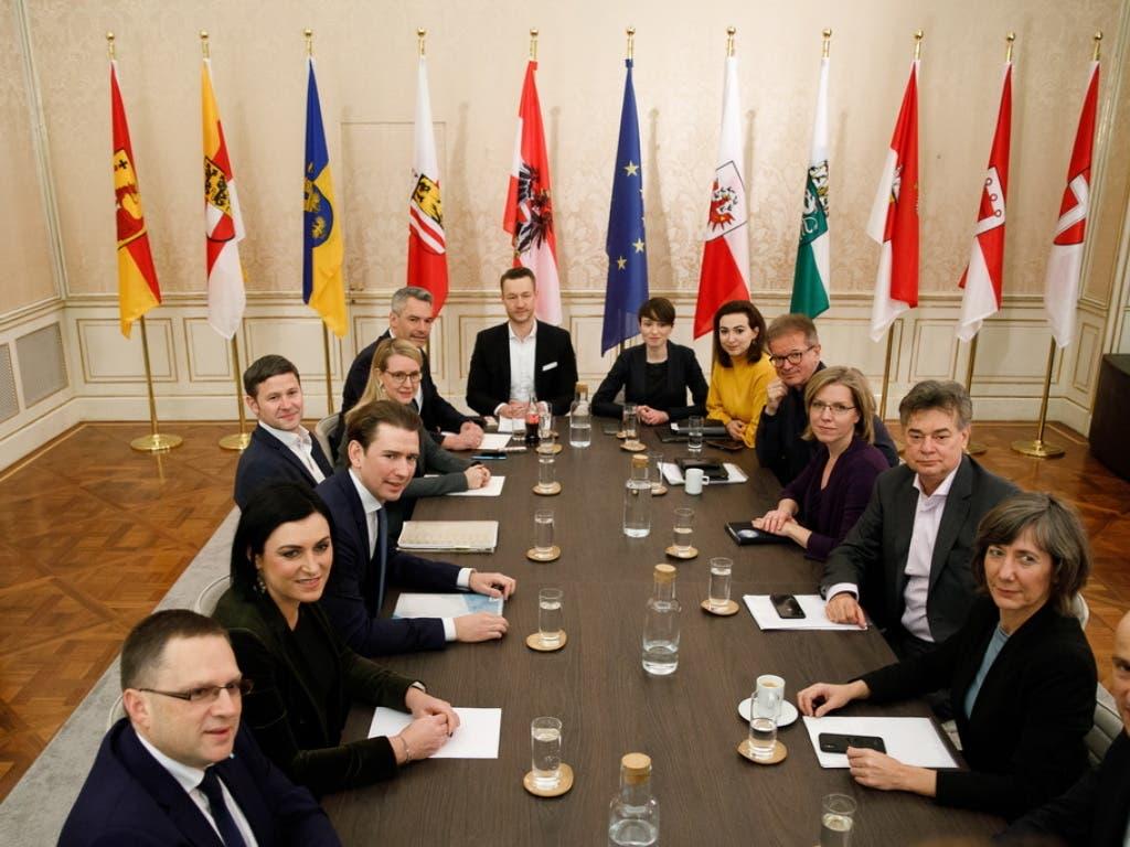 Die Parteispitzen der konservativen ÖVP und der Grünen haben sich auf ein gemeinsames Programm geeinigt.