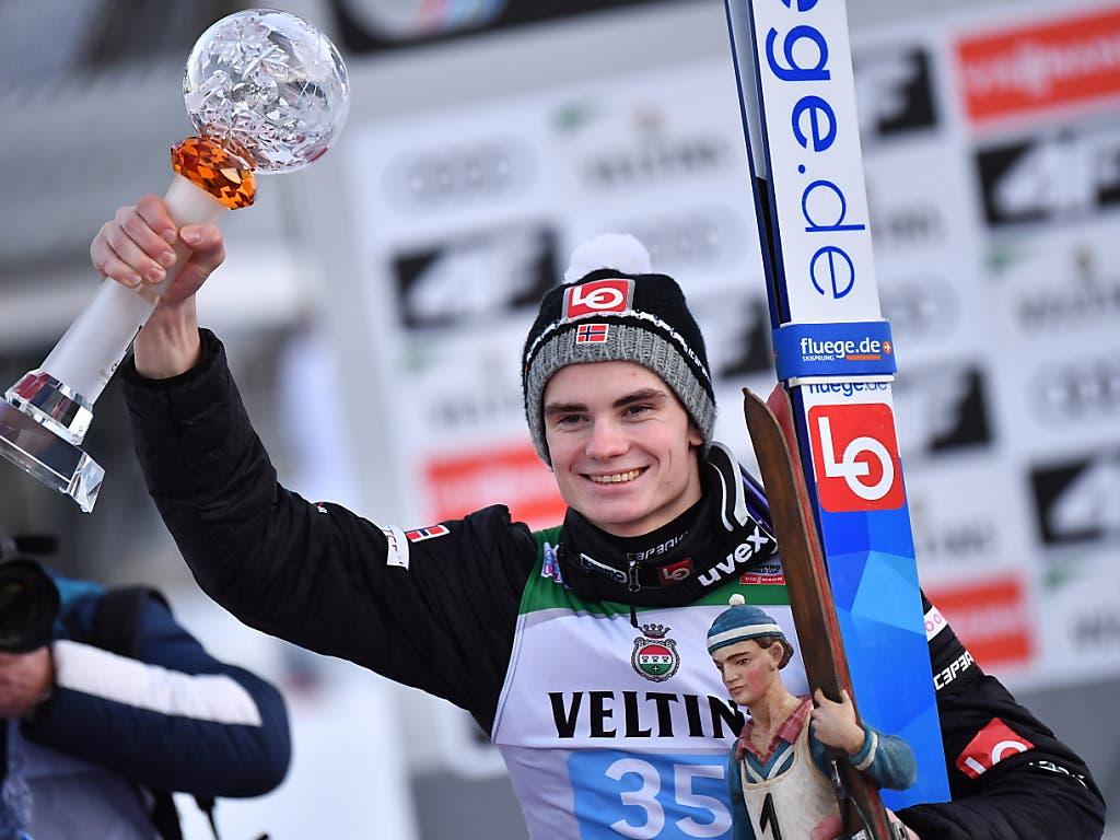 Der Sieger Marius Lindvik jubelt.
