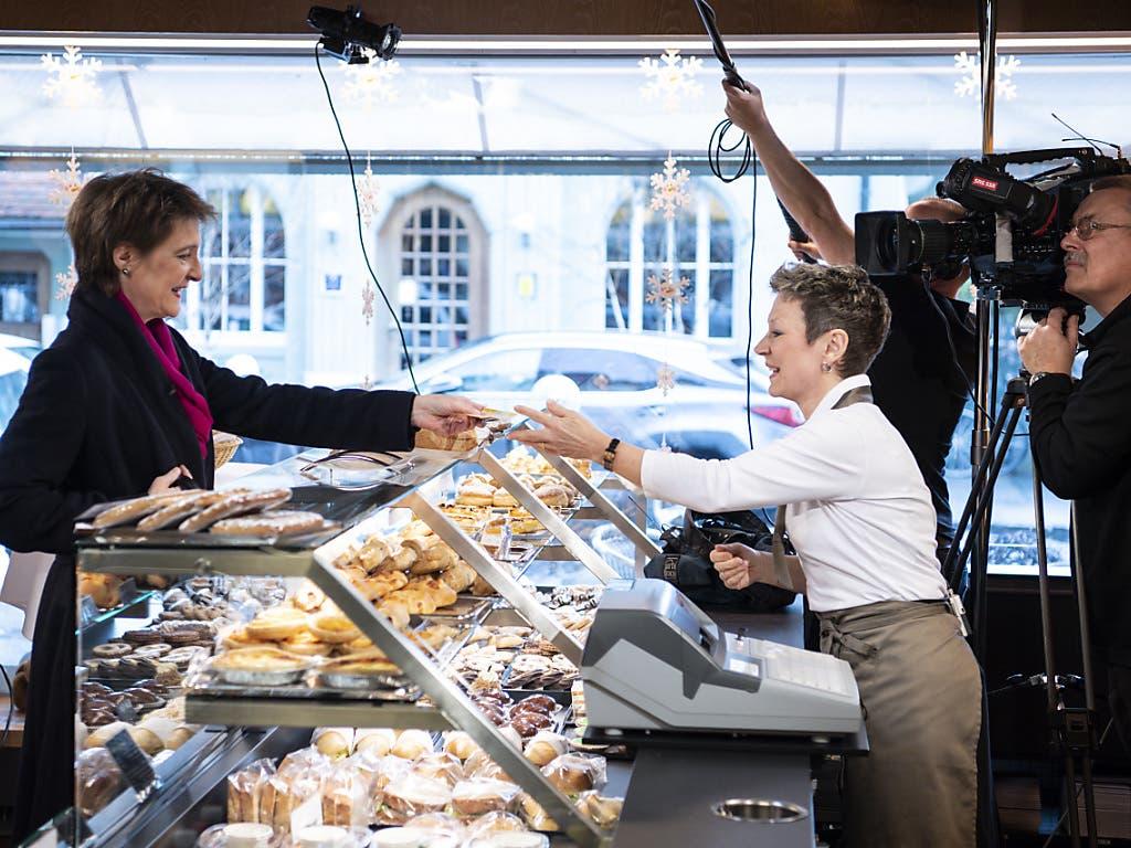 Bundespräsidentin Simonetta Sommaruga (links) kauft bei Cornelia Roth Brot. Im Bäckereiladen Obstberg Beck hat sie ihre Neujahrsansprache aufgenommen.