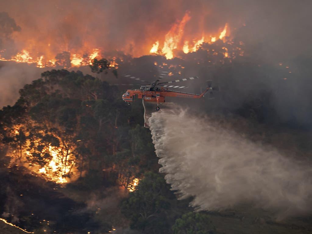 Ein Löschhelikopter im Einsatz im australischen Bundesstaat Victoria.
