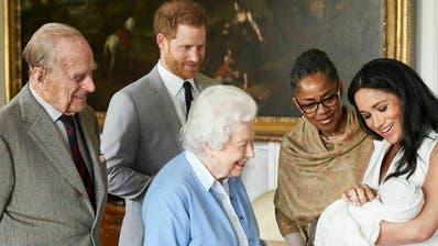Rückblick auf harmonische Zeiten: Queen Elizabeth II begrüsst mit Prinzgemahl Philipp ihren Ur-Enkel Archie. (Bild: Chris Allerton / Keystone (London, 8. Mai 2019))
