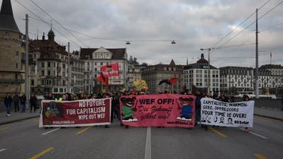 Einige Forderungen der Demonstrierenden– humorvoll verpackt. (Bild: Pascal Studer, Luzern, 11. Januar 2020)