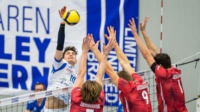 Volley Luzerns Tim Köpfli (links) im Spiel gegen Volley Schönenwerd. (Philipp Schmidli (Luzern, 11. Januar 2020))
