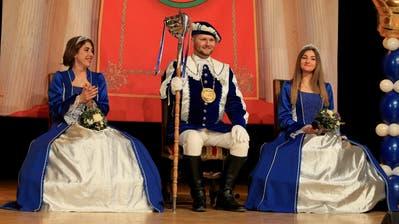 Letzibuzäli-Prinz Gregor I. Bruhin mit seinen Prinzessinnen Jessica (links) und Laëtitia genoss die Inthronisation sichtlich. (Bild: Charly Keiser (Zug, 11. Januar 2020))