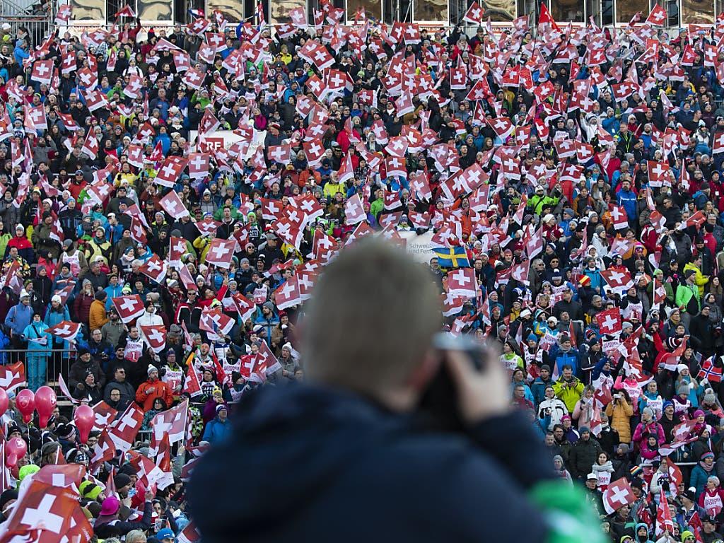 Ein beeindruckendes und beliebtes Fotosujet: die Menschenmenge im Zielraum von Adelboden