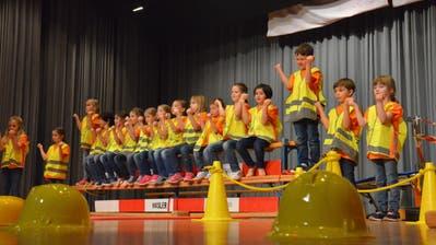 Die Guntershauser Kinderturner präsentieren sich auf der Showbühne als Bauarbeiter. ((Bild: Christoph Heer))
