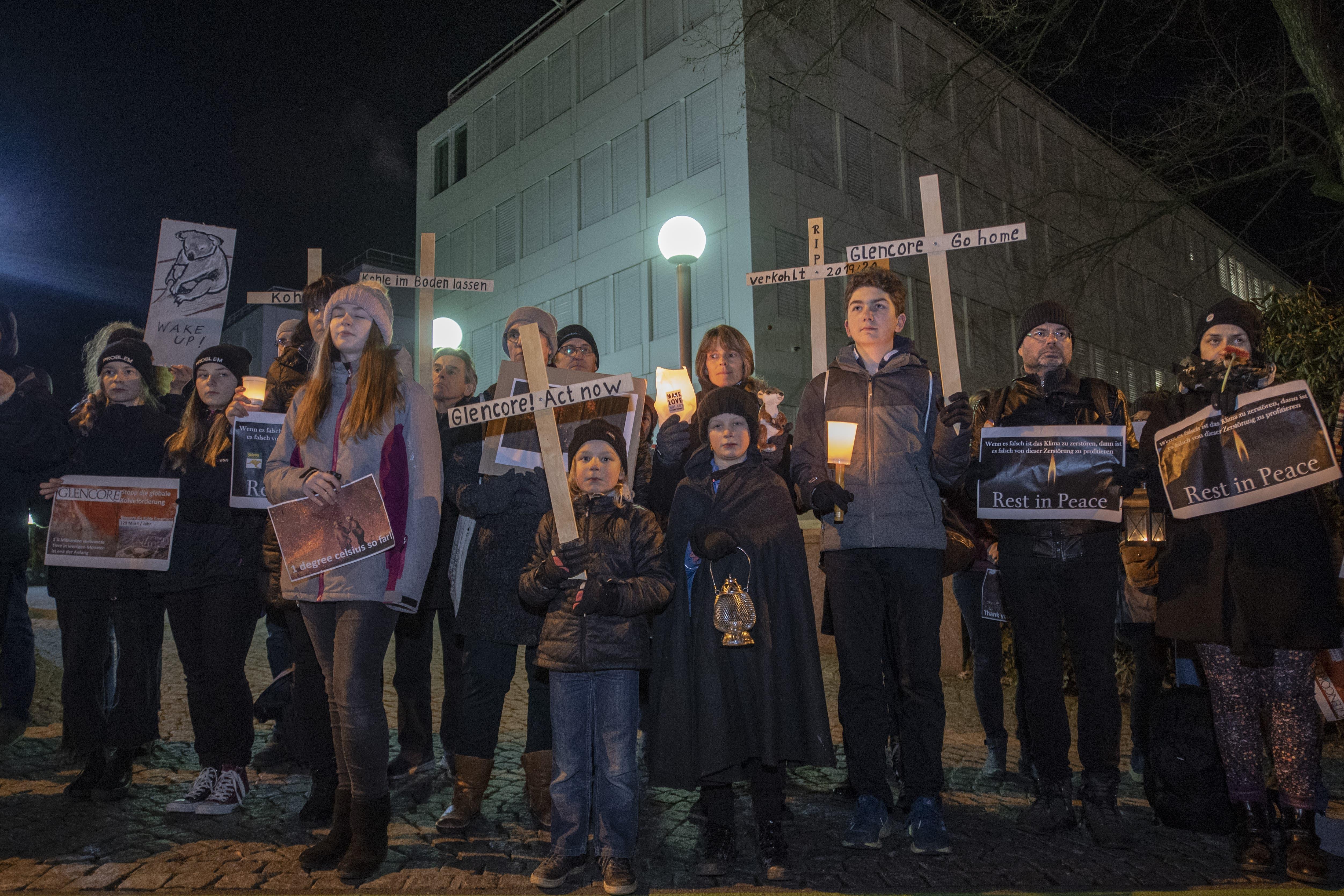 Rund 60 Aktivisten demonstrierten am Sonntag vor dem Hauptsitz von Glencore in Baar mit einem Trauerzug und einer Mahnwache fürdie Brandopfer von Australien.