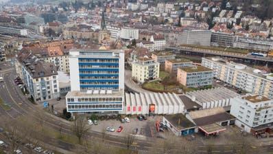 Die Gebäude der Bischoff Textil AG in der Kreuzbleiche: In den 1950er-Jahren entstanden das markante blau-weisse Hochhaus und die dahinterliegenden Hallen, die einer Handorgel gleichen. (Ralph Ribi)
