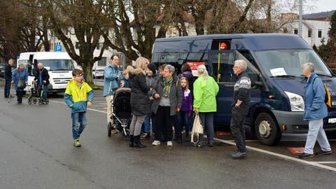Am Bahnhof starten die drei Busse zu ihren Touren. Das Gratis-Testangebot wird rege benutzt. Kommt der Kredit am 9. Februar durch, wird jedoch mit grösseren Bussen gefahren. ((Bild: Monika Wick))