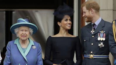 Queen Elizabeth mit Herzogin Meghan und Prinz Harry im Juli 2018. (Keystone)