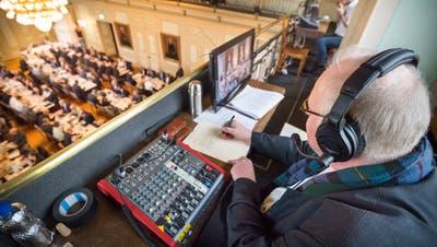 Armin Menzi kommentiert die Live-Berichterstattung von Leucom. Hier aus dem Grossen Rat in Frauenfeld. ((Bild: Andrea Stalder))