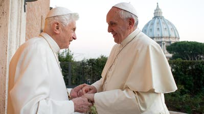 Ex-Papst Benedikt (links) und sein Nachfolger Franziskus im Dezember 2013. (EPA)