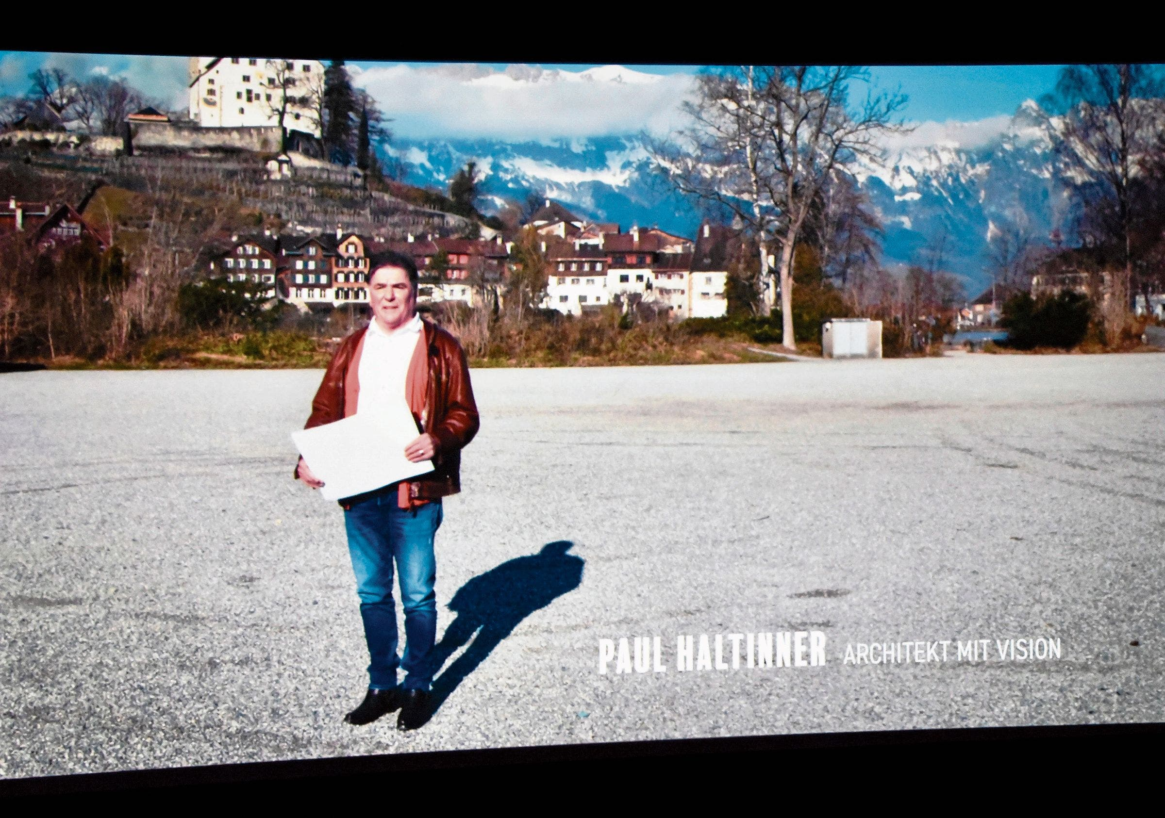 Paul Haltinner, ein aus Eichberg stammender Architekt, entwickelt Visionen, die die Behörden nicht mit Interesse beantworten. Kuno Bont forderte das Publikum auf, in den Gesichtern zu lesen. Die Bahnhofstrasse ist Buchs' Hauptschlagader. An ihr spielt sich ein grosser Teil des gesellschaftlichen Lebens ab.