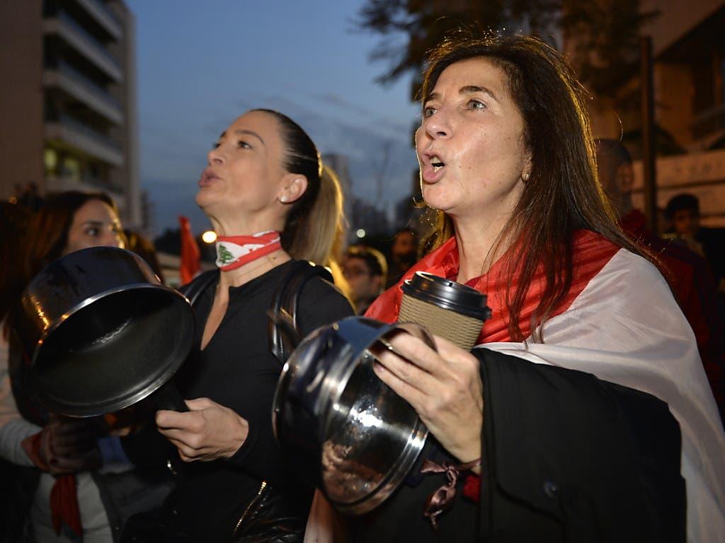 Kochtopfkonzert bei neuen Protesten gegen die politische Elite im Libanon.