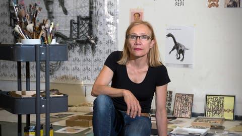 Marlies Pekarekin ihrem Atelier in St. Gallen. Sie stellt ab Samstag in Steckborn aus. ((Bild: Ralph Ribi, 3. August 2015))