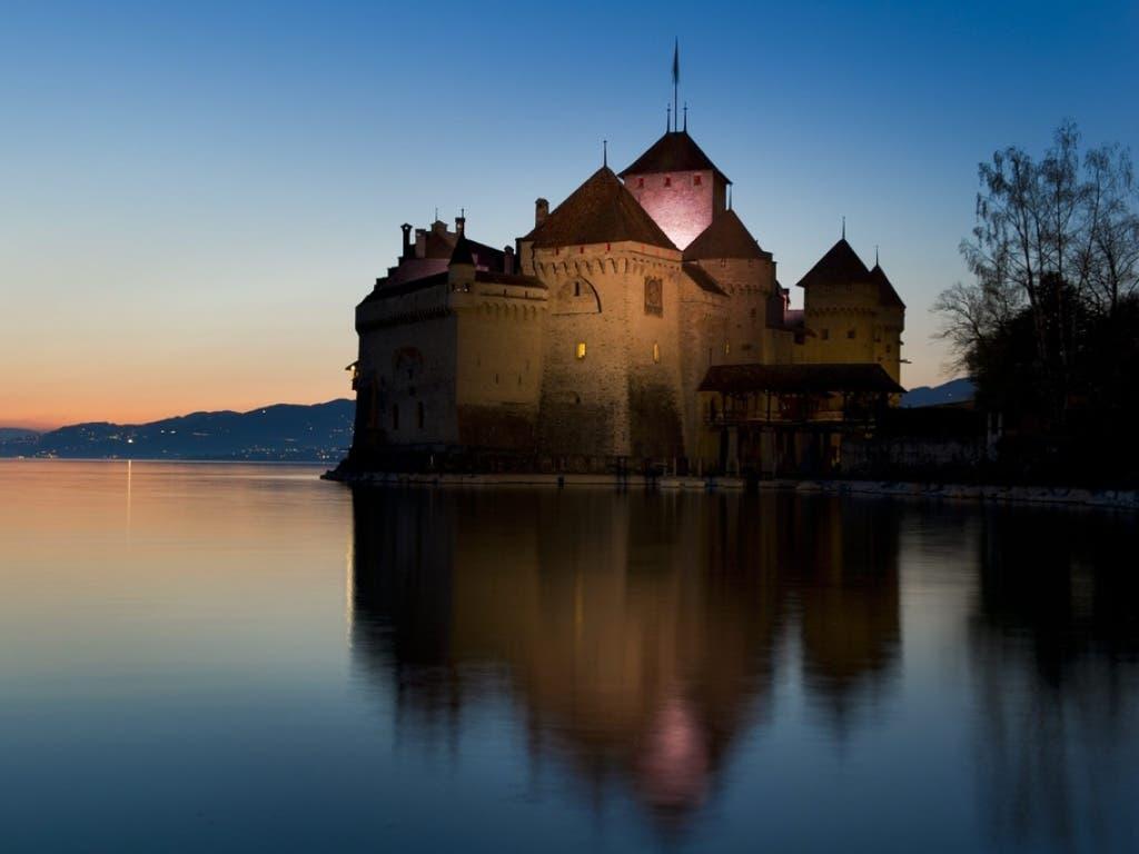 Das Wasserschloss am Genfersee wurde 1150 erstmals urkundlich erwähnt. Der Felsen von Chillon war aber bereits während der Bronzezeit bewohnt.
