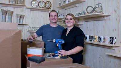 Mit ihrem Laden-Café Holzdeko & Kurioses im Bösch in Hünenberg haben sich die ehemaligen Adler-Wirte Robert Fischli und Nadja Zürcher einen Traum verwirklicht. (Bild: Maria Schmid (Hünenberg, 14. Januar 2020 ))