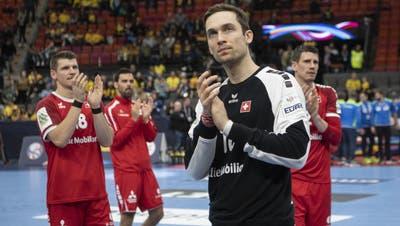 Dimitrij Küttel, Lukas von Deschwanden, Nikola Portner und Andy Schmid (von links)  verabschieden sich von den Fans in Göteborg. (Bild: Ennio Leanza/Keystone (14. Januar 2020))