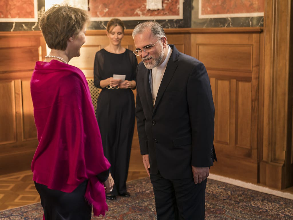 Bundespräsidentin Simonetta Sommaruga begrüsst den iranischen Botschafter in der Schweiz, Mohammad Reza Haji Karim Jabbari, am traditionellen Neujahrsempfang.