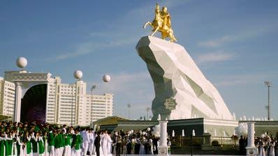 Das zentralasiatische Land Turkmenistan – im Bild eine Präsidentenstatue in der Ashgabat – erhält von der Schweiz Potentaten-Gelder zurückerstattet. (Bild:Alexander Vershinin/Keystone)