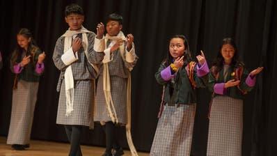 Schüler aus Bhutan tanzen in traditioneller Tracht. (Bild: Dominik Wunderli, Luzern, 15. Januar 2019)
