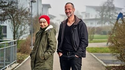 Beni Hess und seine Mutter Martina Hess sind glücklich, dass Tochter und Enkelin Anna nach einem langen Hin und Her bei ihnen in der Schweiz leben darf. (Bild: Colin Frei)