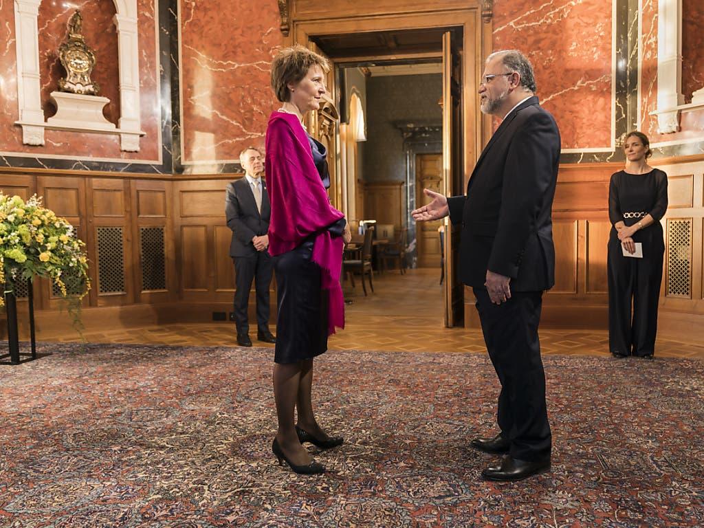 Bundespräsidentin Simonetta Sommaruga am Neujahrsempfang mit dem iranischen Botschafter in der Schweiz, Mohammad Reza Haji Karim Jabbari. Quelle: KEYSTONE Fotograf: ALESSANDRO DELLA VALLE