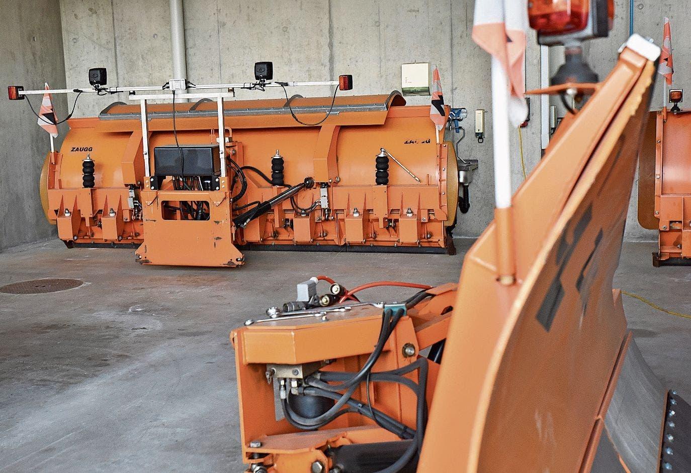 Das Material für den Winterdienst steht im Werkhof in Buchs bereit. Die Schneepflüge kamen in diesem Winter bisher nur auf Kantonsstrassen am Berg zum Einsatz.