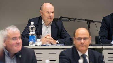 Albert Schwarzbach, Präsident des Luzerner Grossstadtrats, im Krienser Einwohnerrat. Unten sind die Stadträte Franco Faé(links) und Matthias Senn zu sehen. (Bild:Eveline Beerkircher (Kriens, 16. Januar 2020))