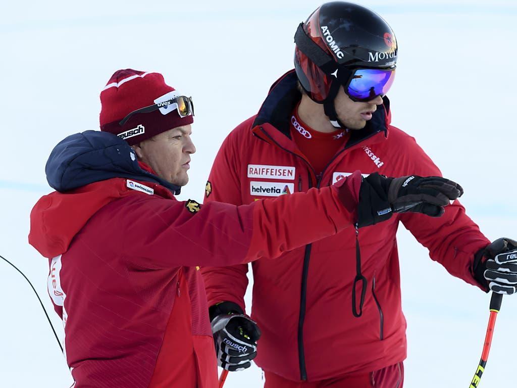Trainer Reto Nydegger (links) und Mauro Caviezel (rechts) analysieren, was es für den Renntag noch zu optimieren gilt