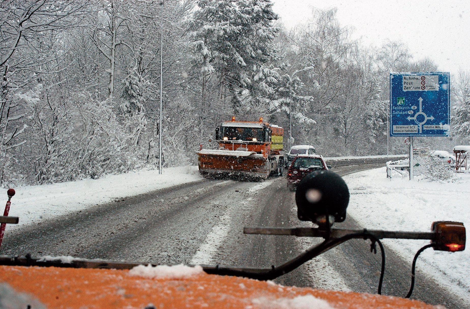 Das Team des Strassenkreisinspektorats Buchs besorgt den Winterdienst auf dem 152 Kilometer langen Kantonsstrassennetz in seinem Einzugsgebiet. Einsätze wie auf unserem Bild gab es in diesem Winter in Tallagen noch keine.