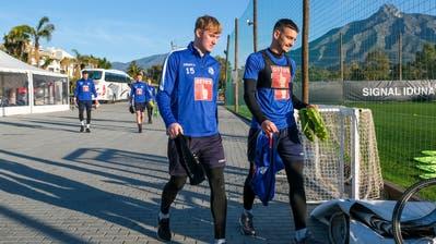 Stefan Knezevic (rechts) und der von einer Verletzung genesene Marvin Schulz auf dem Weg zum Trainingsplatz am Fuss des Pico de la Concha in Marbella. (Martin Meienberger,Freshfocus)