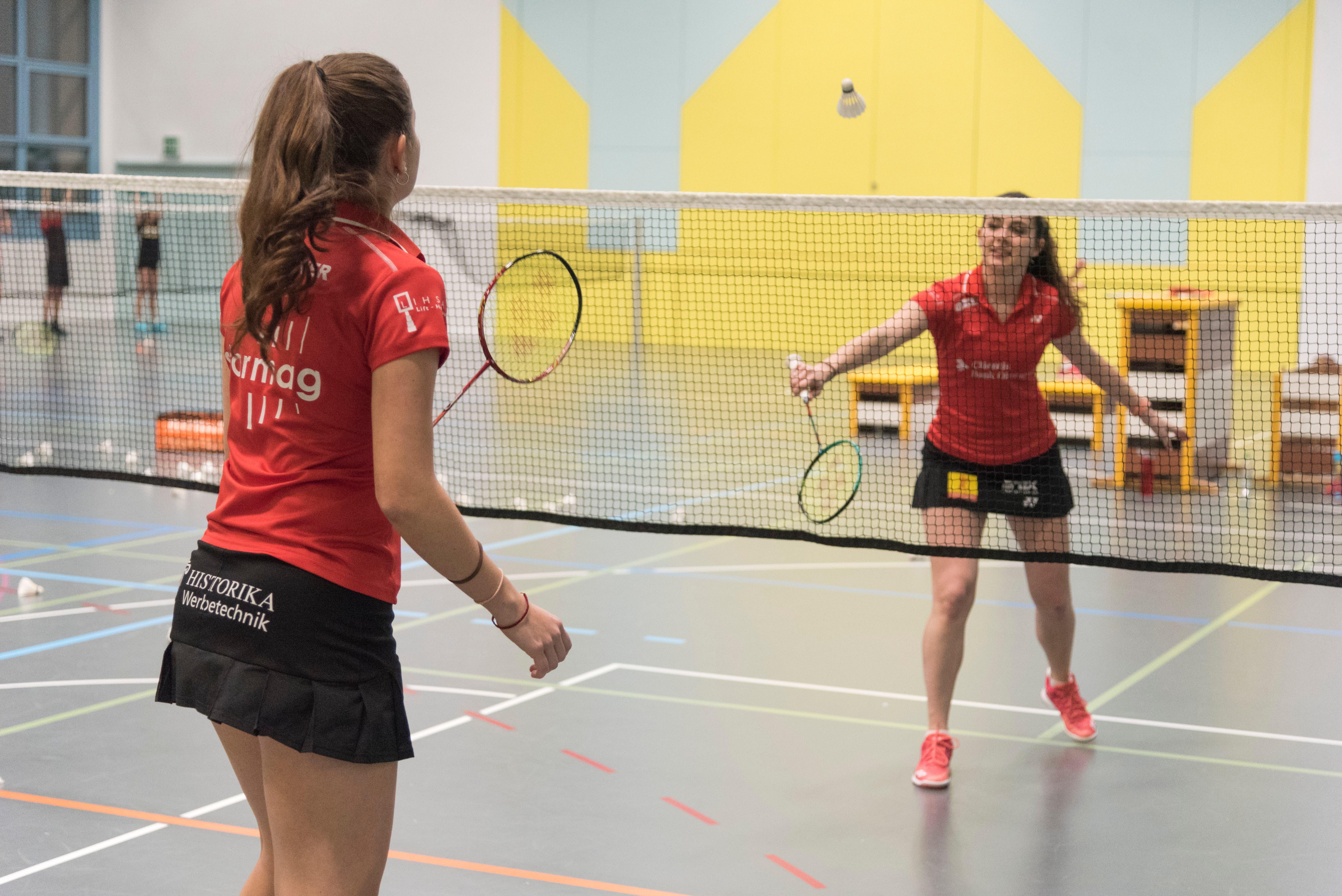 Irina Kölbener (vorne) und Sereina Hofstetter spielen sich im Training ein.