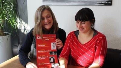 Siegrun Nuber und Judith Schuck präsentieren das Jahresprogramm des Kabarett in Kreuzlingen. ((Bild: Isabelle Merk))
