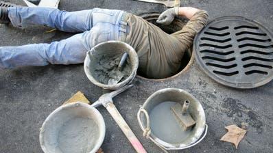 Nicht ungefährlich: Arbeiten an einem Abwasserschacht. (Symbolbild: Archiv/Reto Martin)