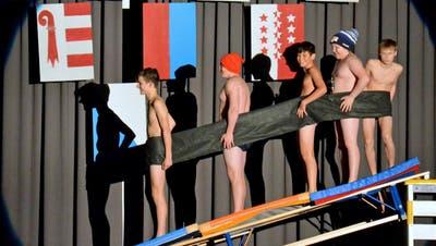 Die Jungs der grossen Jugendriege zeigen viel Haut und Einsatz bei ihrem Auftritt «Appenzeller Wanderlust». ((Bild: Christoph Heer))