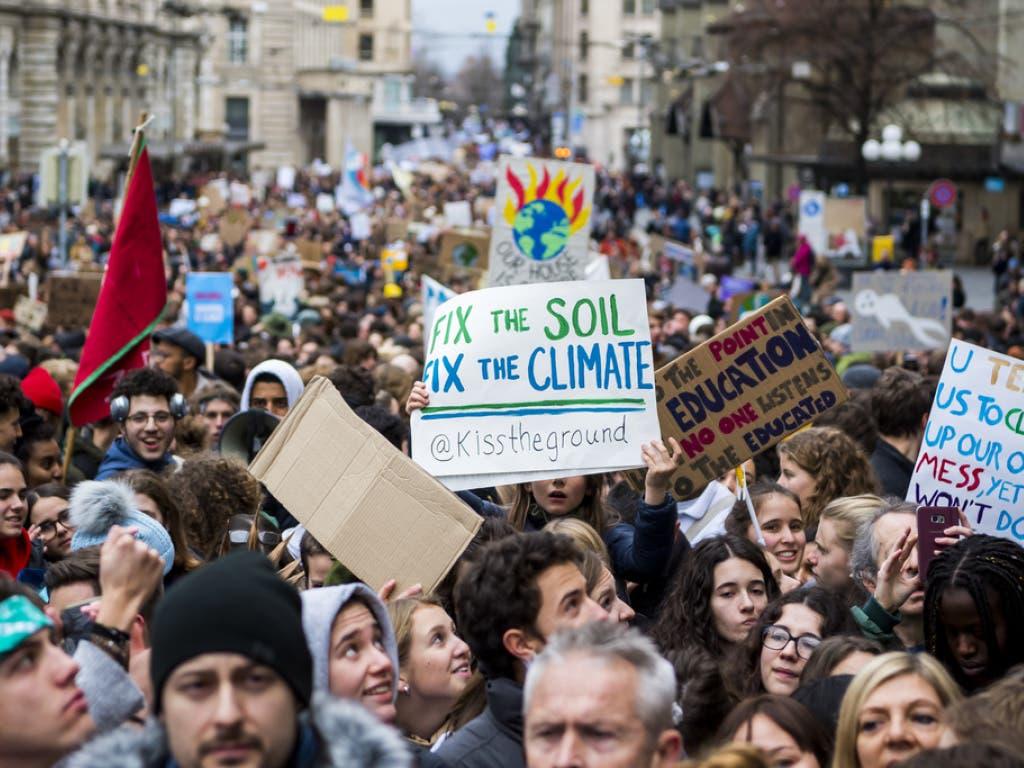 10'000 Menschen beteiligten sich an der Parade durch Lausanne. In der Menge waren alle Generationen vertreten. Die Jugendlichen stellten aber die überwiegende Mehrheit.