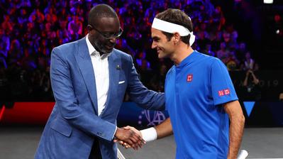 Handshake zwischen Tidjane Thiam (CEO der Credit Suisse) und Roger Federer (Markenbotschafter der CS). (Keystone)