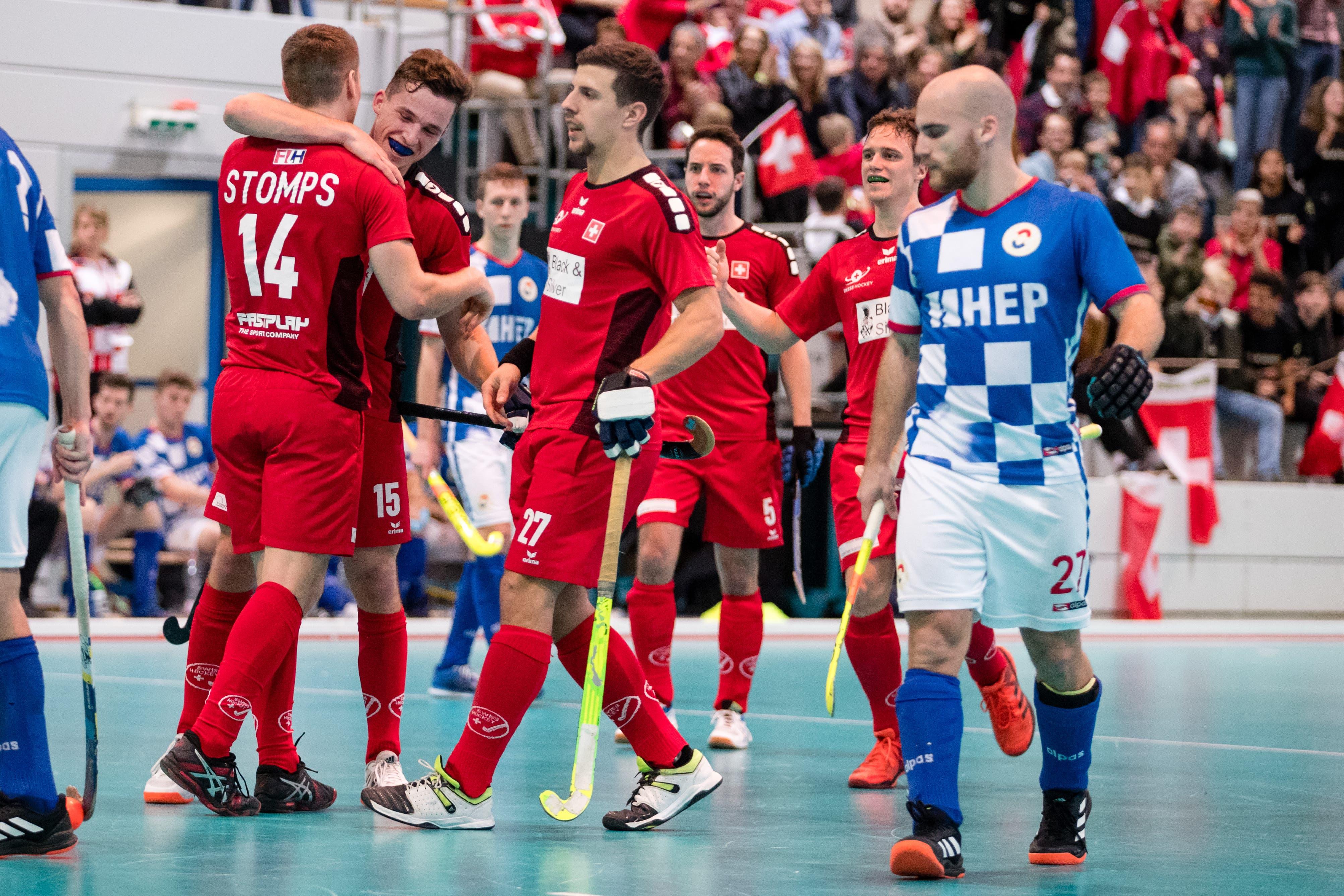 Die Schweizer bejubeln das 2:2 durch Boris Stomps (links).