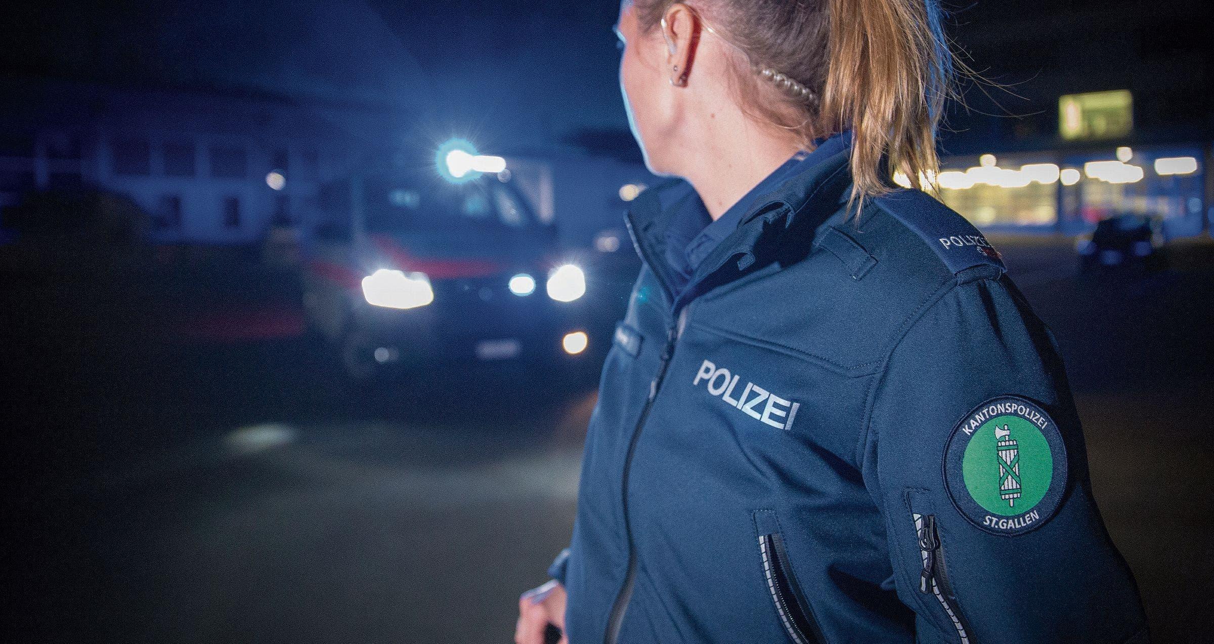 St.Galler Kantonspolizistin im Einsatz – ob im «normalen» Alltag oder für den WEF-Ausnahmezustand, ist für die Bevölkerung selten erkennbar. Bis zu 1000 Polizeiangehörige und rund 5000 Soldaten sind rund um das WEF im Einsatz.