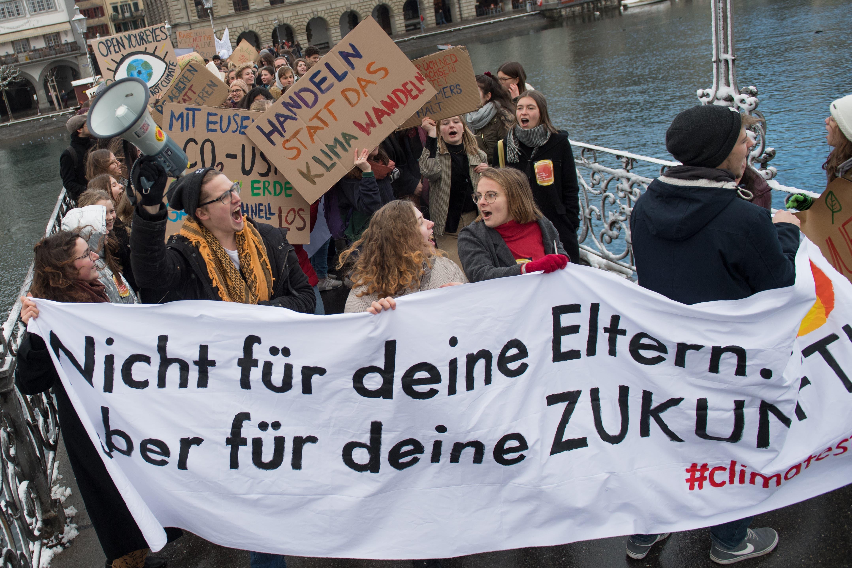 Schülerinnen und Schüler demonstrieren für eine griffige Klimapolitik.