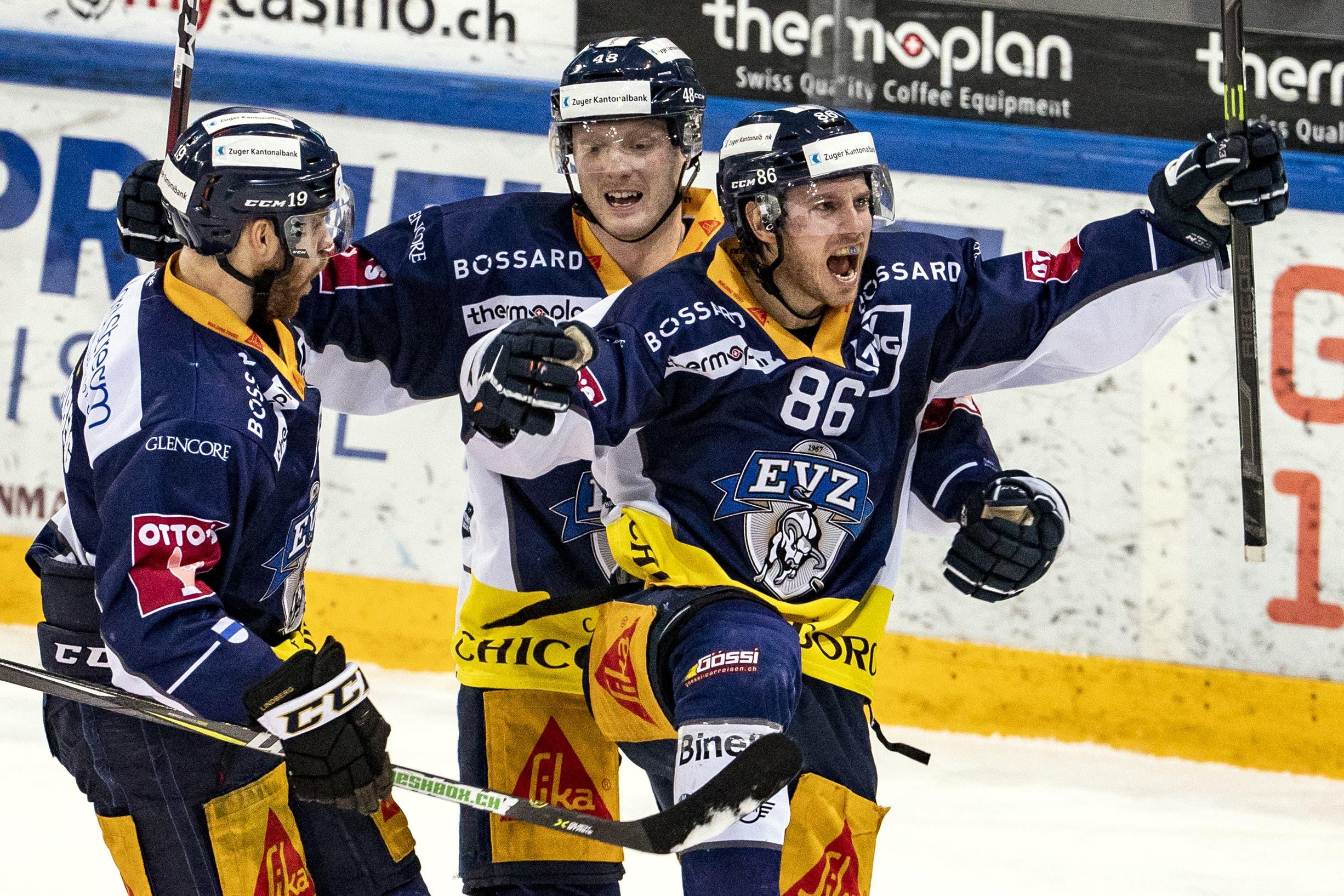 Jubel den Zuger Oscar Lindberg, Carl Klingberg und Zugs Erik Thorell (von links) nach dem 1:0