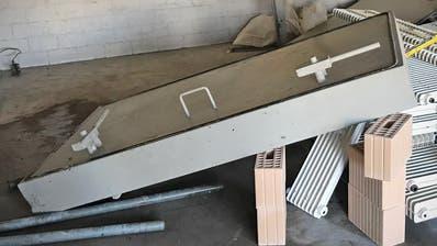 Unter dieser Schutzraumtüre wurde am Freitagmittag ein Arbeiter eingeklemmt. Der 38-Jährige zog sich dabei unbestimmte Verletzungen zu. (Bild: Stadtpolizei St.Gallen)