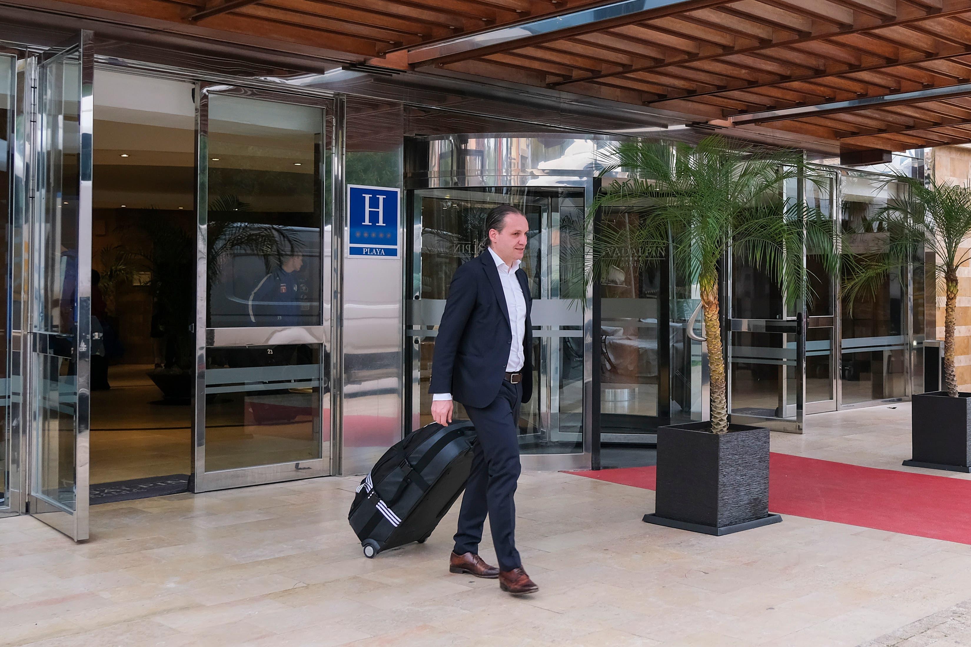 Sportchef Remo Meyer verlässt das Hotel nach dem Trainingslager des FCL.